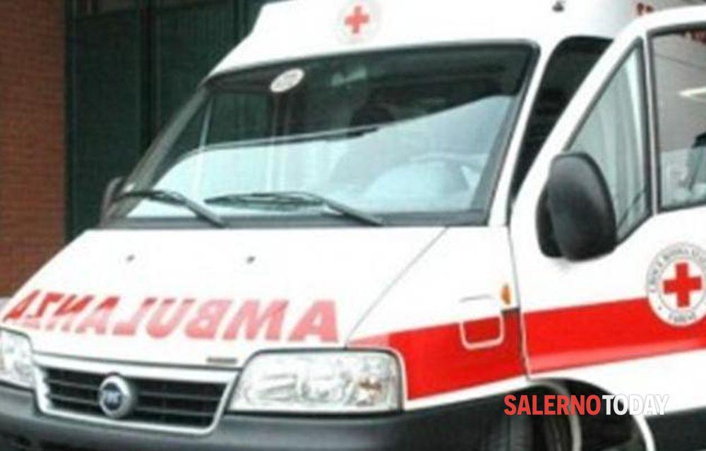 Incidente a Salerno, auto sbanda e finisce contro il marciapiede: un ferito