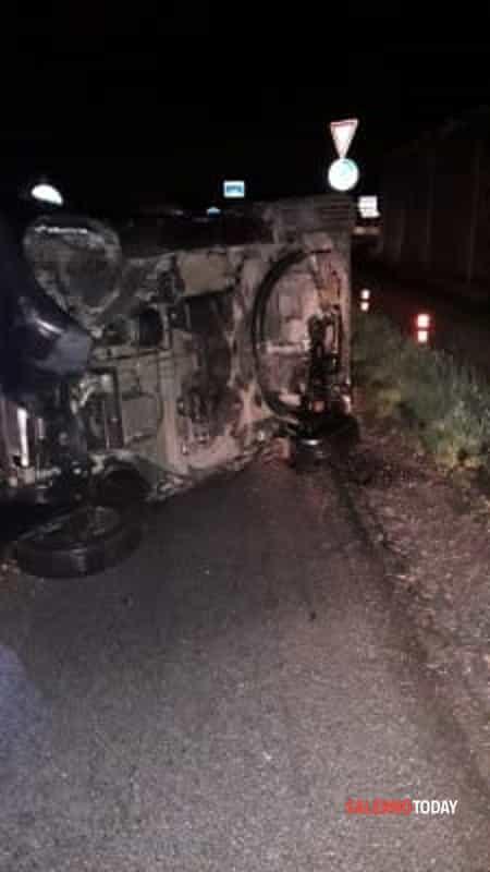 Incidente sull'Aversana: Smart si ribalta, 21enne ferito
