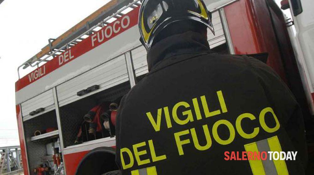 Auto a fuoco sull'A2, nei pressi di Pontecagnano: nessun ferito