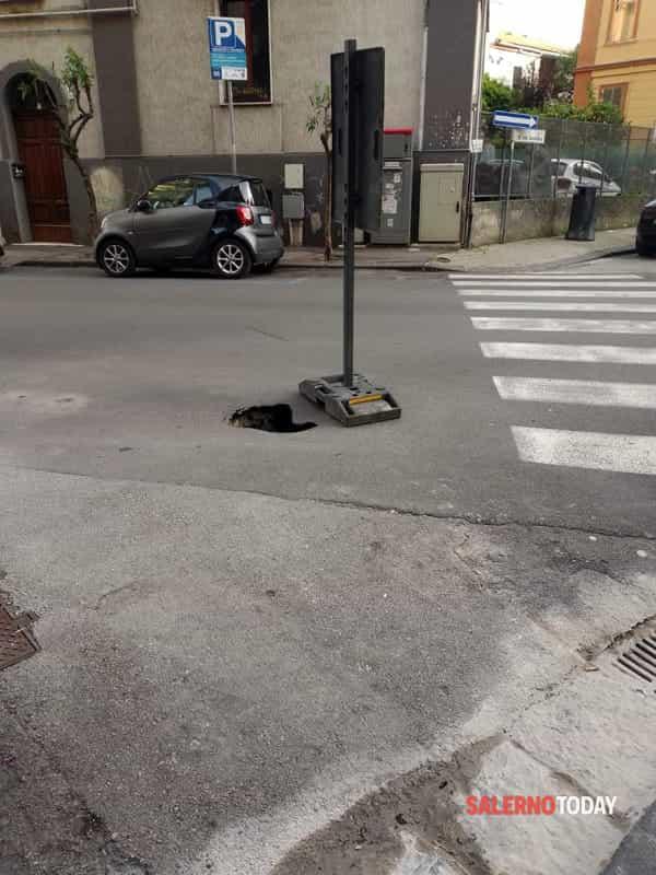 Zona Vestuti, grossa buca in strada: la denuncia dei residenti