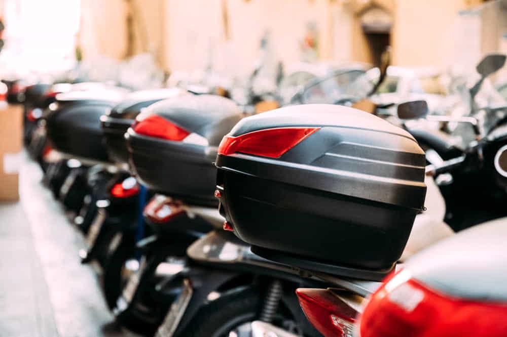 Da Avellino a Salerno per rubare uno scooter: fermato un minore, caccia ai 2 complici