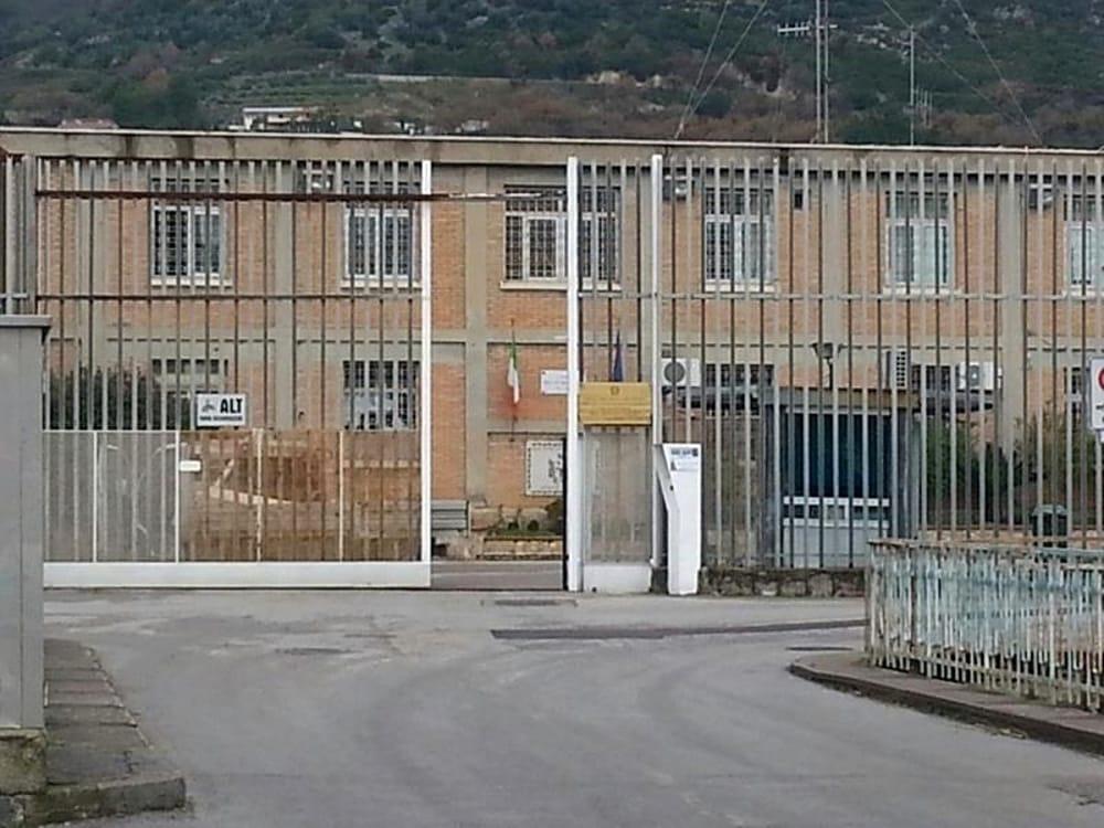 Carcere di Salerno, agente preso a pugni da un detenuto: l'appello del Sappe