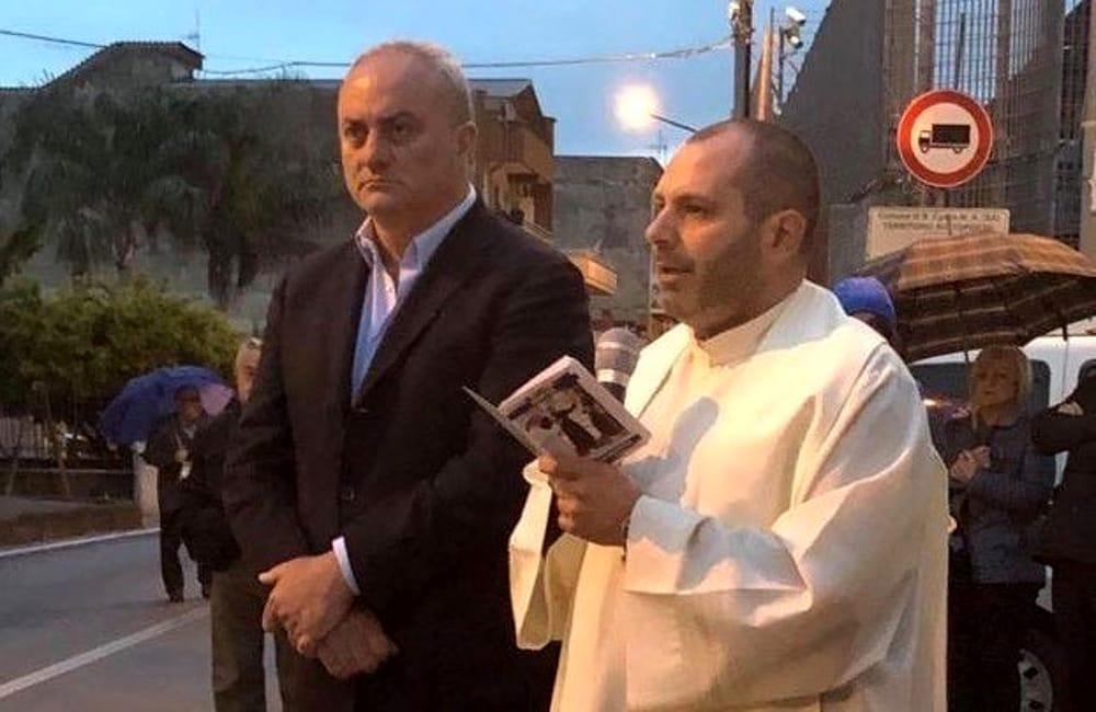 Incendiata l'auto di don Gerardo a Sant'Egidio: è caccia a due uomini
