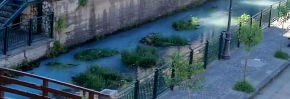 Macchia bluastra nel fiume Sarno, sporta denuncia da parte dei parlamentari M5S