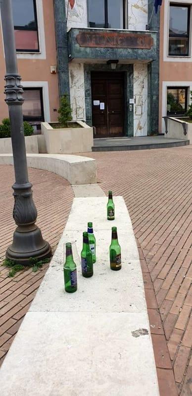 """Montecorvino Rovella, bottiglie e rifiuti abbandonati: è caccia ai """"cafoni"""""""