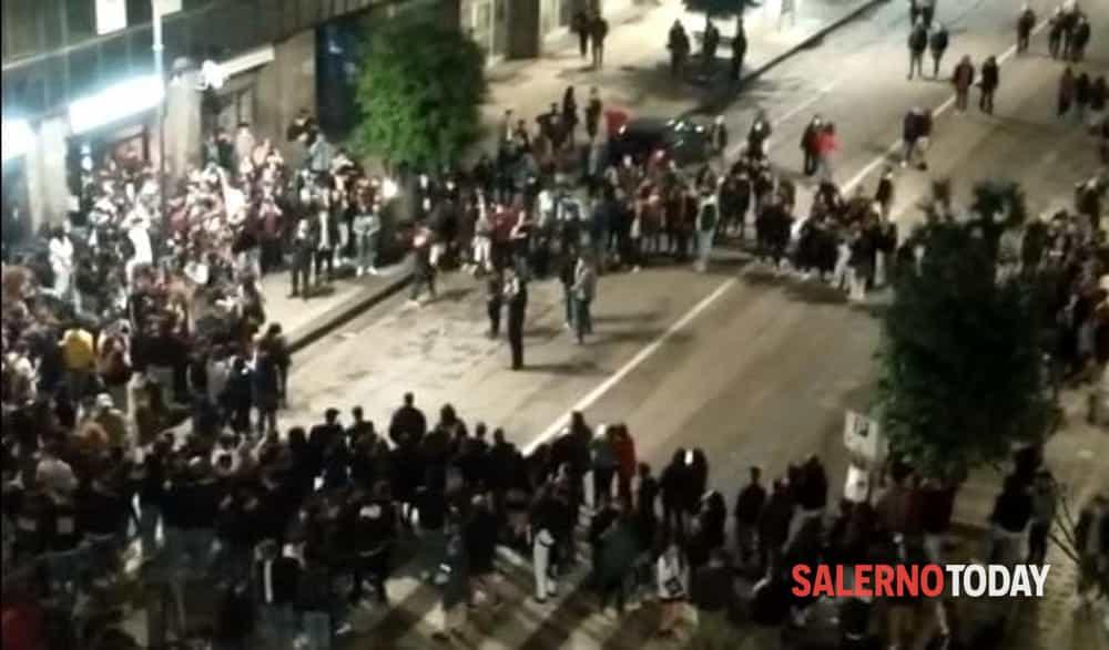 """Covid-19, ad Avellino spunta anche il virus di """"Festa"""": il sindaco tra gli assembramenti incita la movida contro Salerno"""