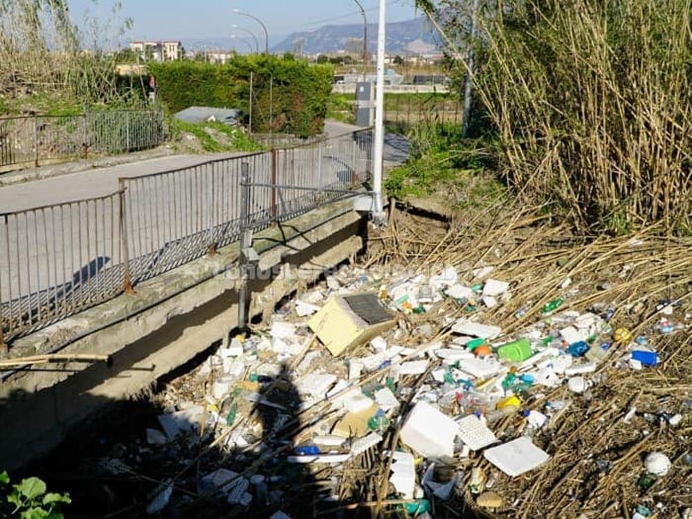 """San Marzano sul Sarno, il sindaco chiude il ponte: """"La costruzione è illegittima"""""""