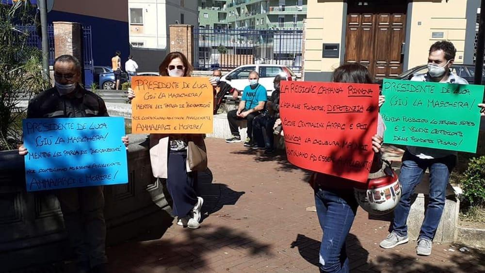 """Fonderie Pisano, gli attivisti in piazza: """"De Luca pubblichi lo studio Spes, pronti a scrivere a Mattarella"""""""