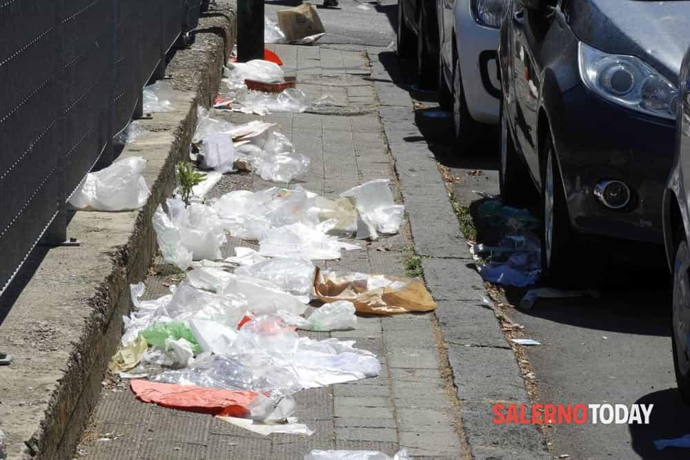 Rifiuti e degrado, micro discarica a Torrione: la protesta dei residenti