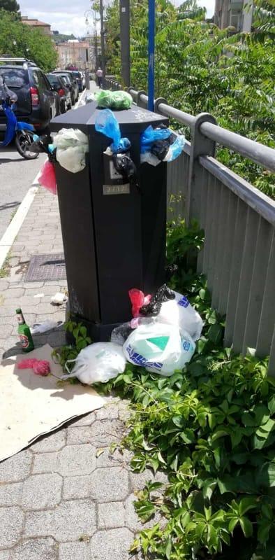 """Cestino stracolmo di rifiuti sul Trincerone: """"Gli operatori ecologici sono ancora in quarantena?"""""""