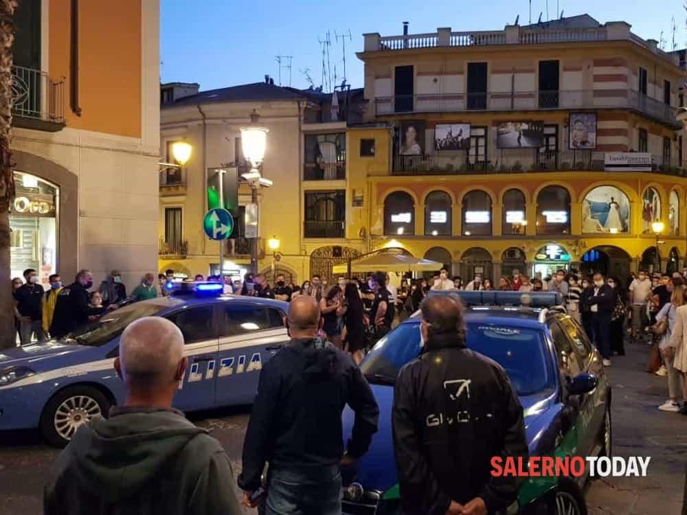 Richiamato per la mascherina abbassata, reagisce male: uomo bloccato a Salerno