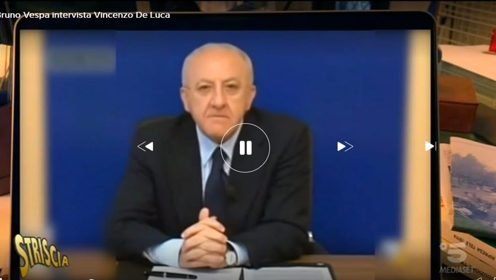 """De Luca e il """"Vespone"""" di Striscia la Notizia: l'intervista satirica"""