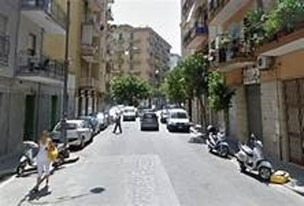 Panico a Torrione: auto senza freno a mano sfonda una fioriera