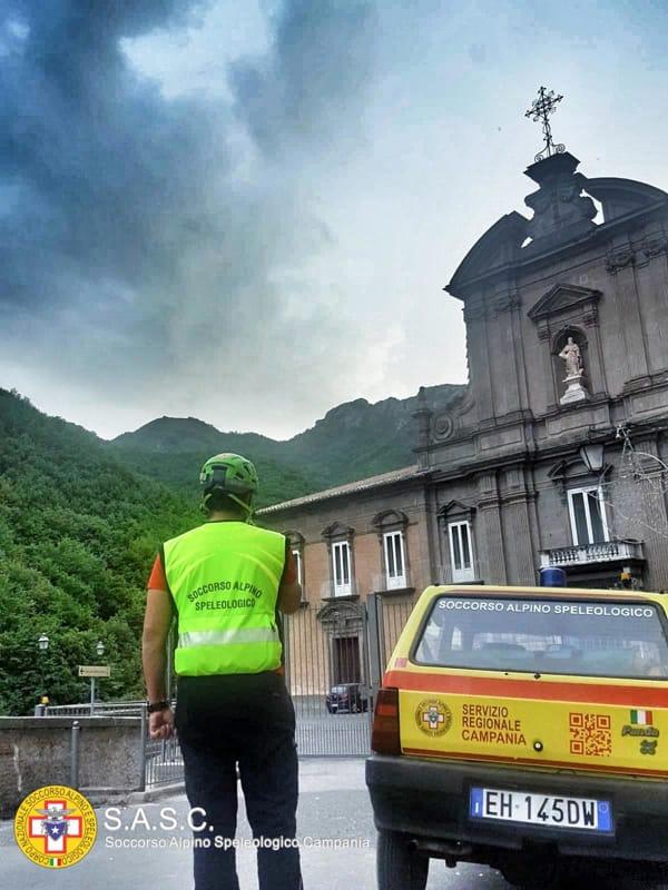 Cava, donna scivola e si ferisce alla caviglia sulla Badia: l'intervento del Soccorso Alpino