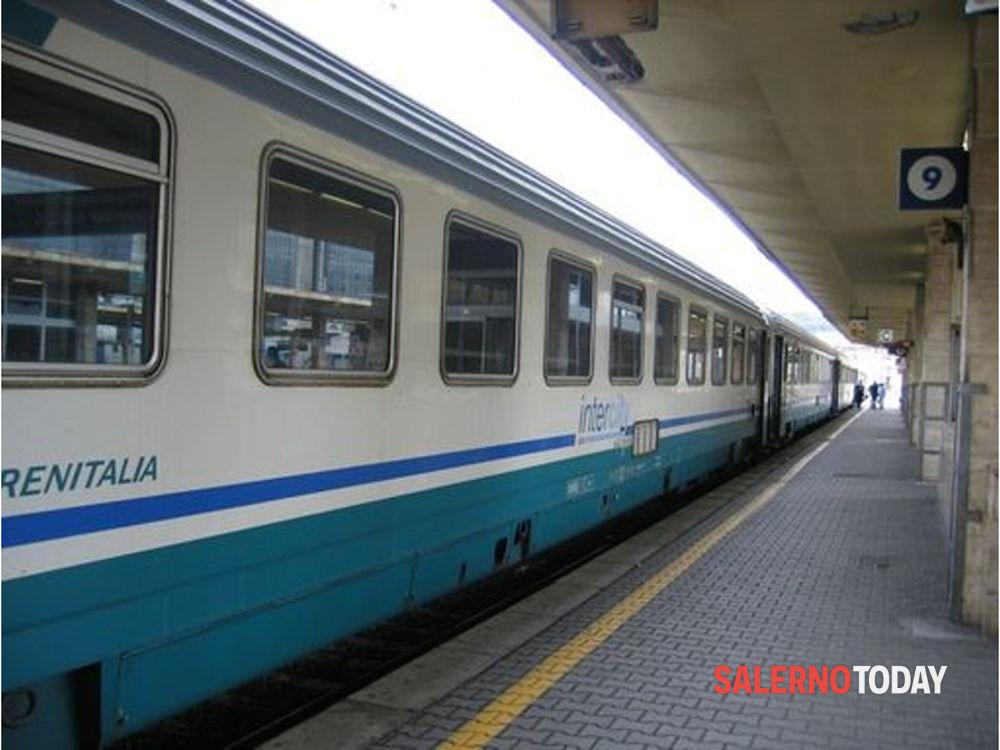 Covid-19, caso sospetto a bordo: treno bloccato in stazione a Sapri