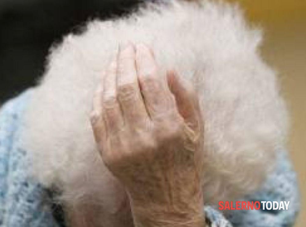 Immobilizzano la badante e mettono a segno il colpo: derubata anziana a Salerno
