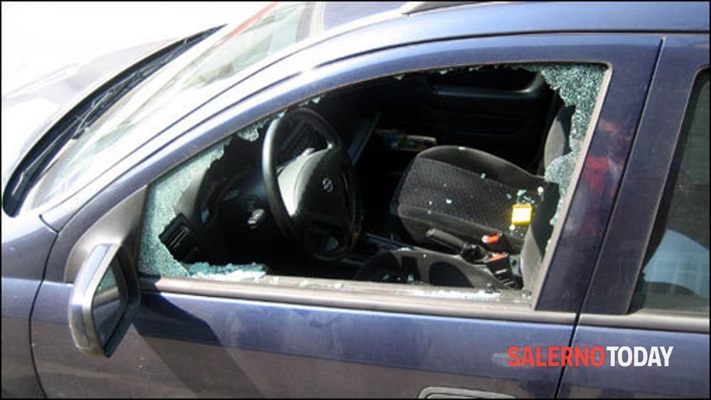 Agropoli, rompono il vetro di un'auto per rubare borsa e gomme da masticare