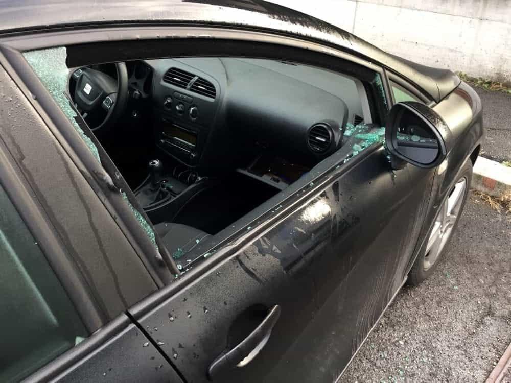 Rompono il finestrino di un'auto per rubare: ladri in azione ad Agropoli