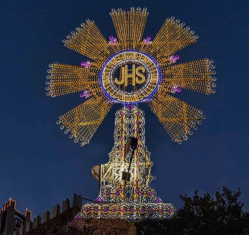 Cava: si illumina il Grande Ostensorio sul millenario Castello di Sant'Adiutore