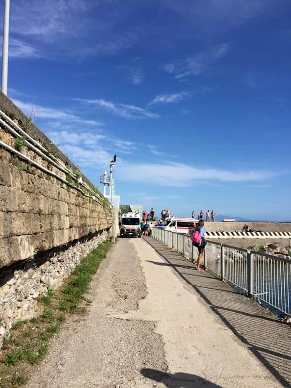 Cade sugli scogli e batte la testa: soccorso un uomo al Porto di Salerno