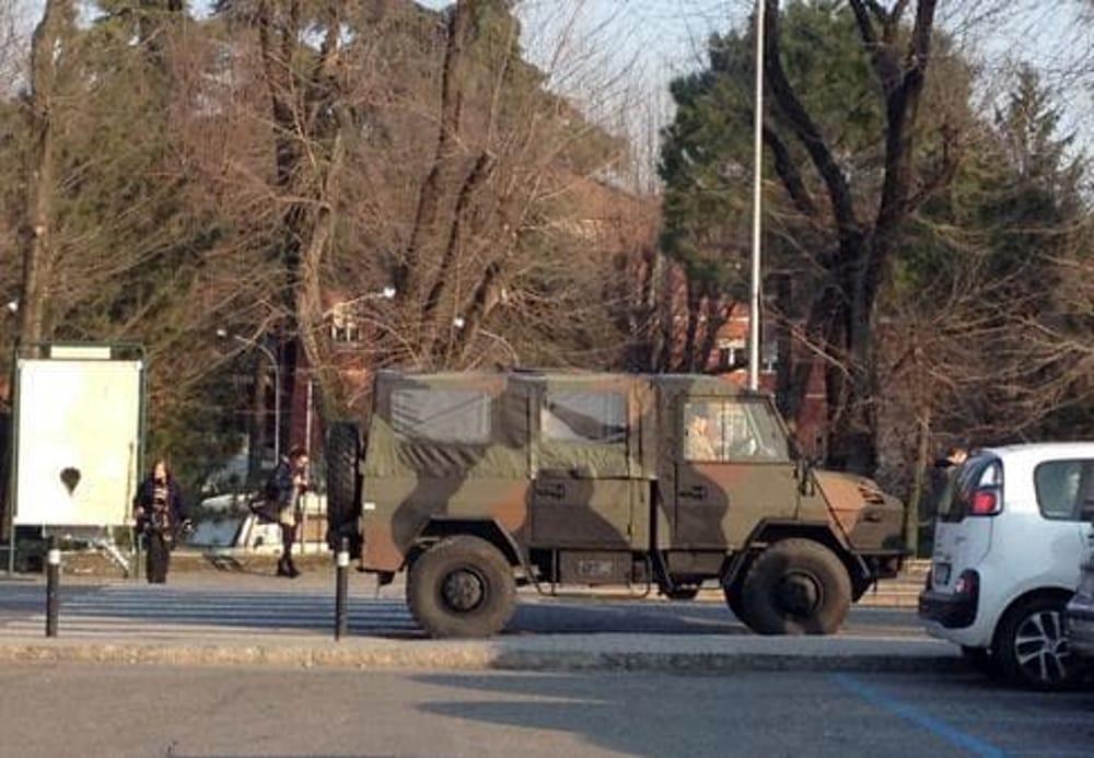 Fila in banca e assembramento a Salerno: intervengono i militari