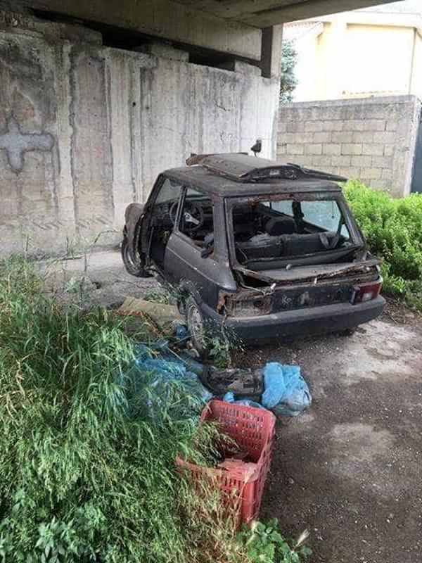 Sarno: auto vecchia, pneumatici e spazzatura abbandonati sotto al cavalcavia