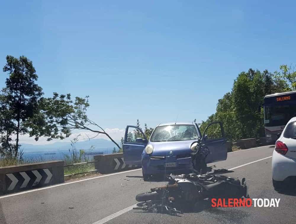 Scontro frontale tra auto e moto in Costiera Amalfitana: traffico in tilt