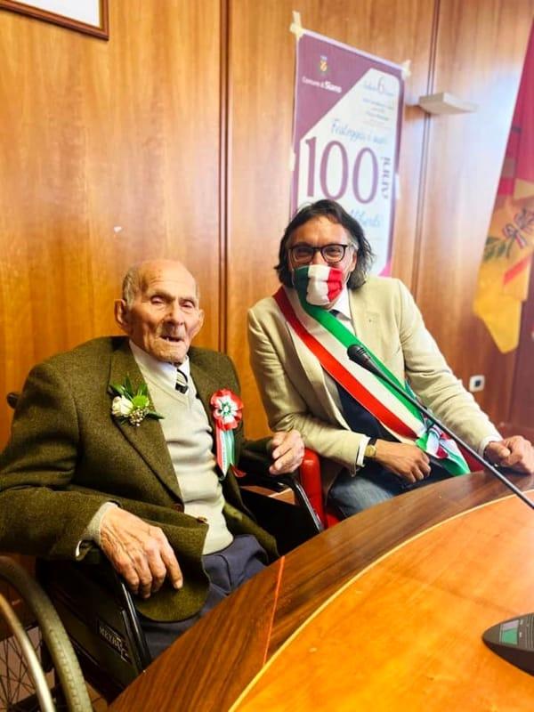 Compleanno ai tempi del Covid-19: zio Luigi compie 100 anni a Siano
