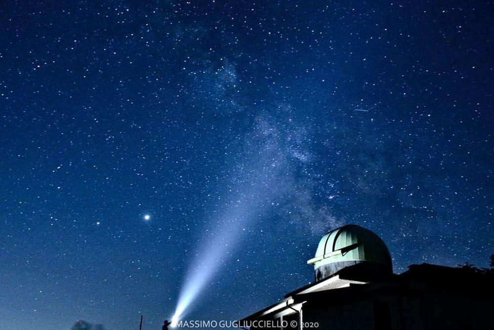 """""""Persi"""" in un cielo di stelle: Gugliucciello """"cattura""""  il cielo visto dall'Osservatorio di Petina"""