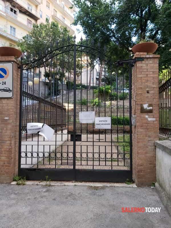Degrado in piazza San Francesco, lucchetti al parco della solidarietà: la denuncia