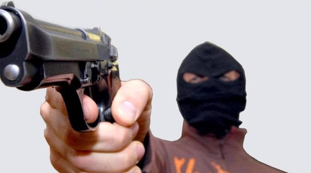 Rapina armata in una tabaccheria a Padula: bandito in fuga