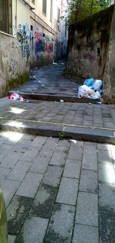 Degrado e rifiuti in via Nicola Aversano: la denuncia