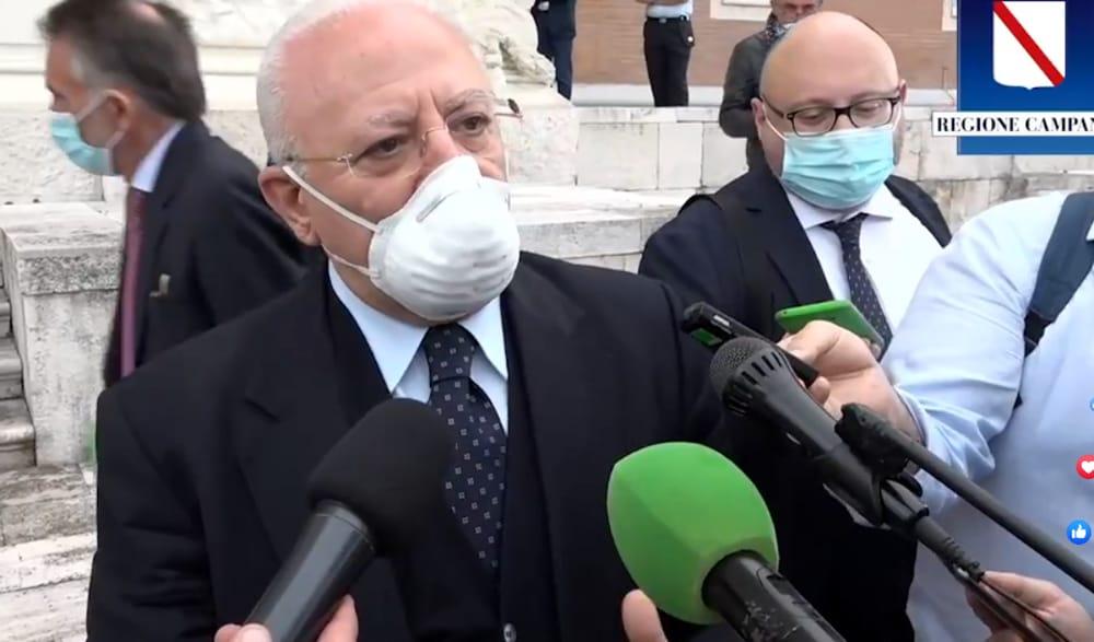 """Ospedali, aziende di trasporto e mascherine """"facoltative"""" all'aperto, De Luca: """"Io continuo a indossarle"""""""
