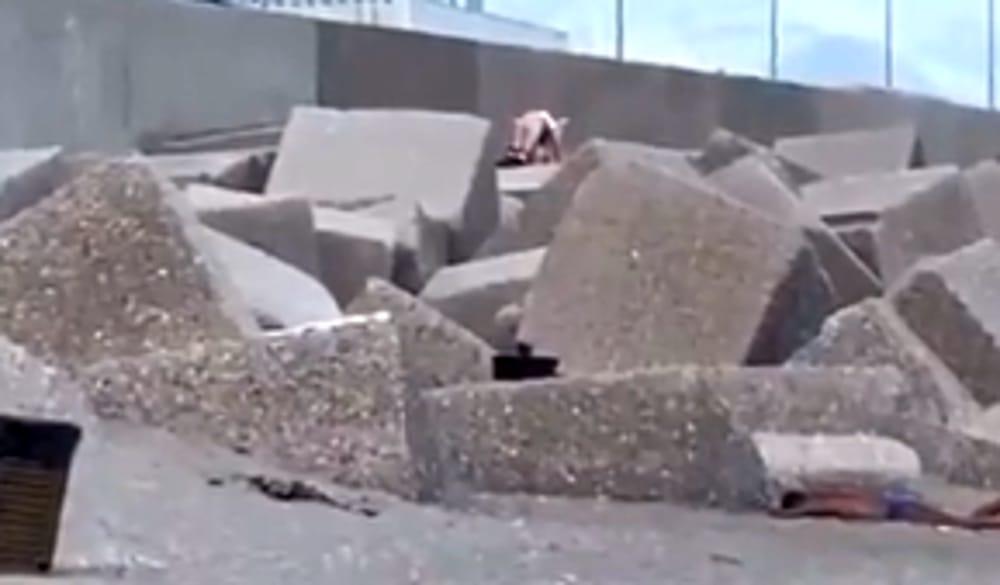 Sesso sugli scogli a Salerno: ragazzini lanciano pietre contro la coppia, il video