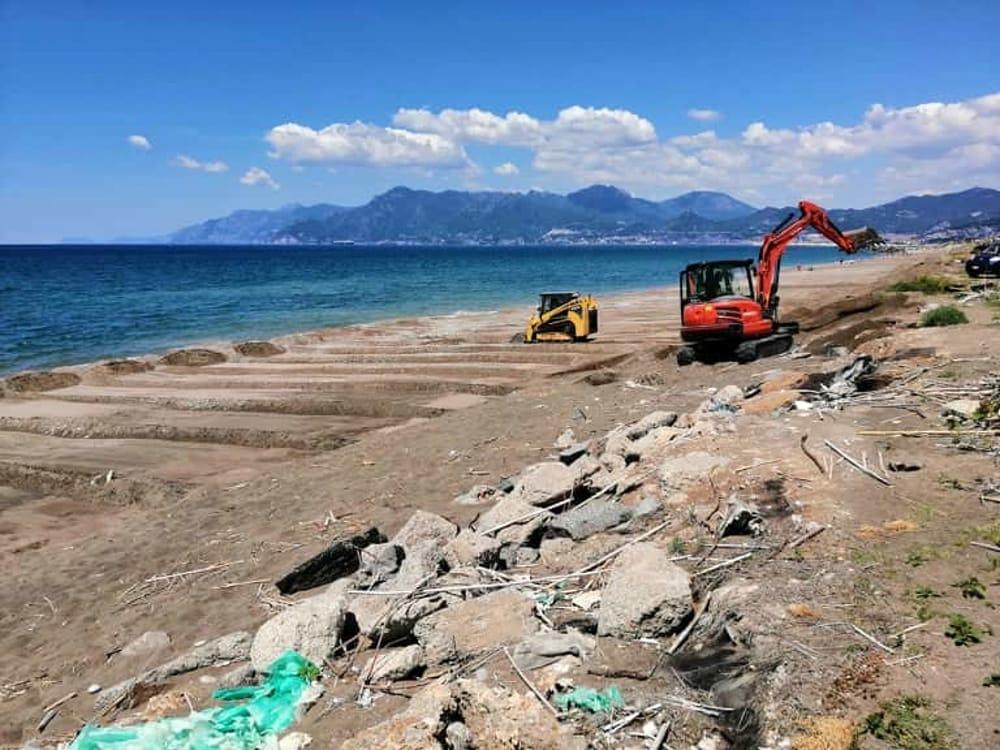 Pulizia straordinaria e spianamento delle spiagge: intervento ultimato a Salerno
