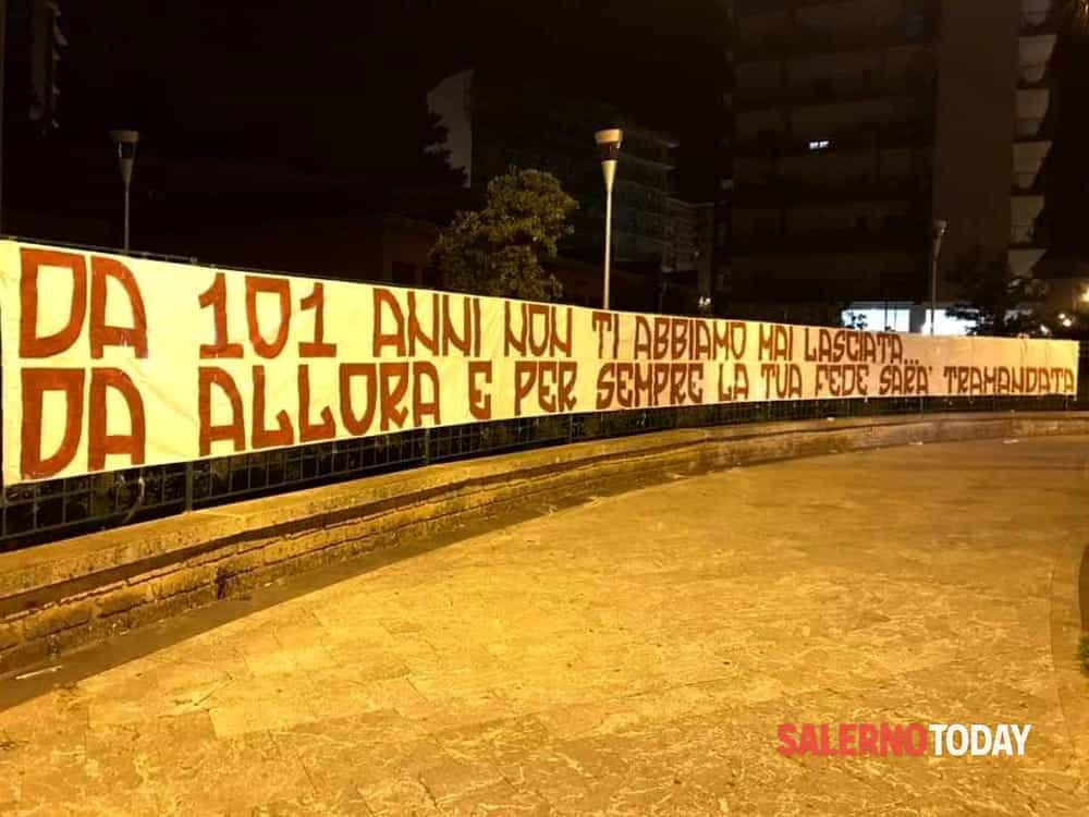 Buon compleanno Salernitana: la città si sveglia tappezzata di striscioni