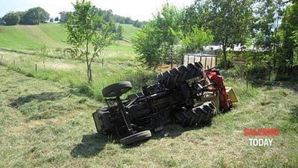 Resta incastrato nel trattore mentre sversa letame: operaio resta ferito