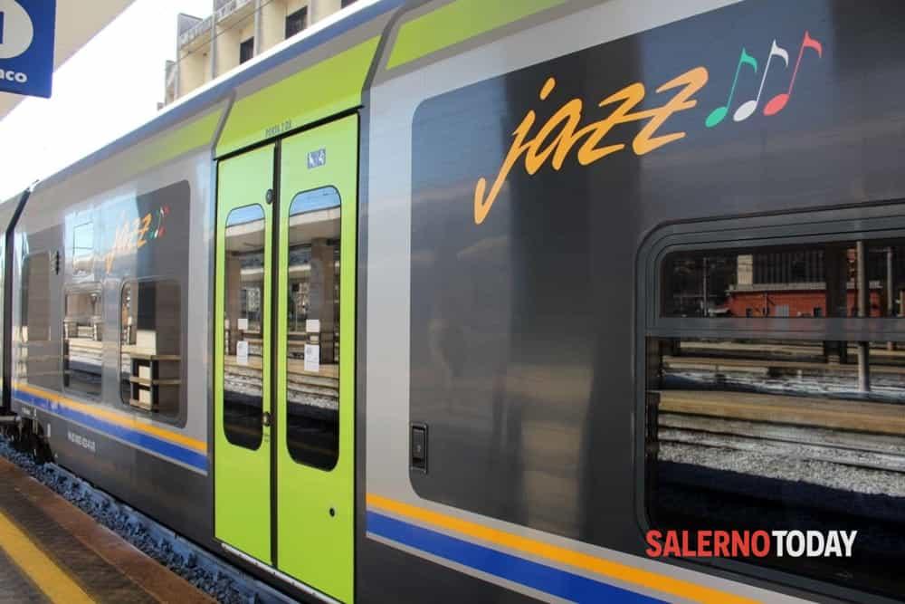 Uomo cammina sui binari a Sarno: il treno frena in extremis