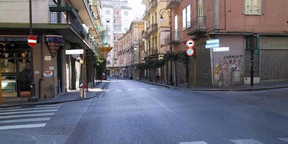 Moto corre ad alta velocità nel cuore della notte in via Carmine: la denuncia dei residenti