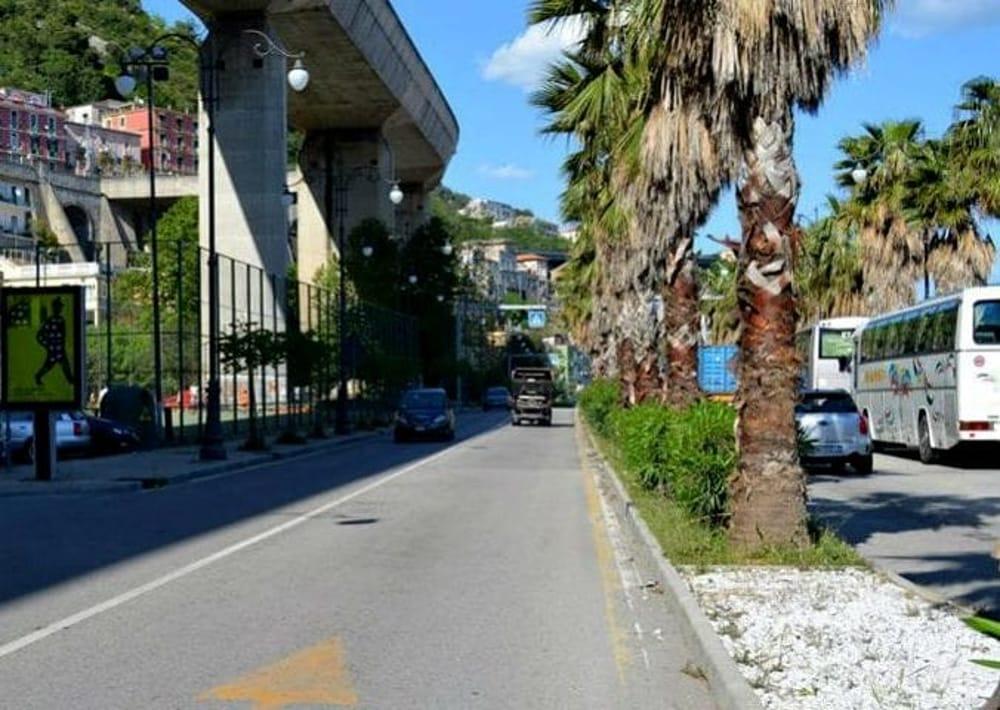 Olio sull'asfalto in via Ligea: 2 ragazze cadono dal motorino