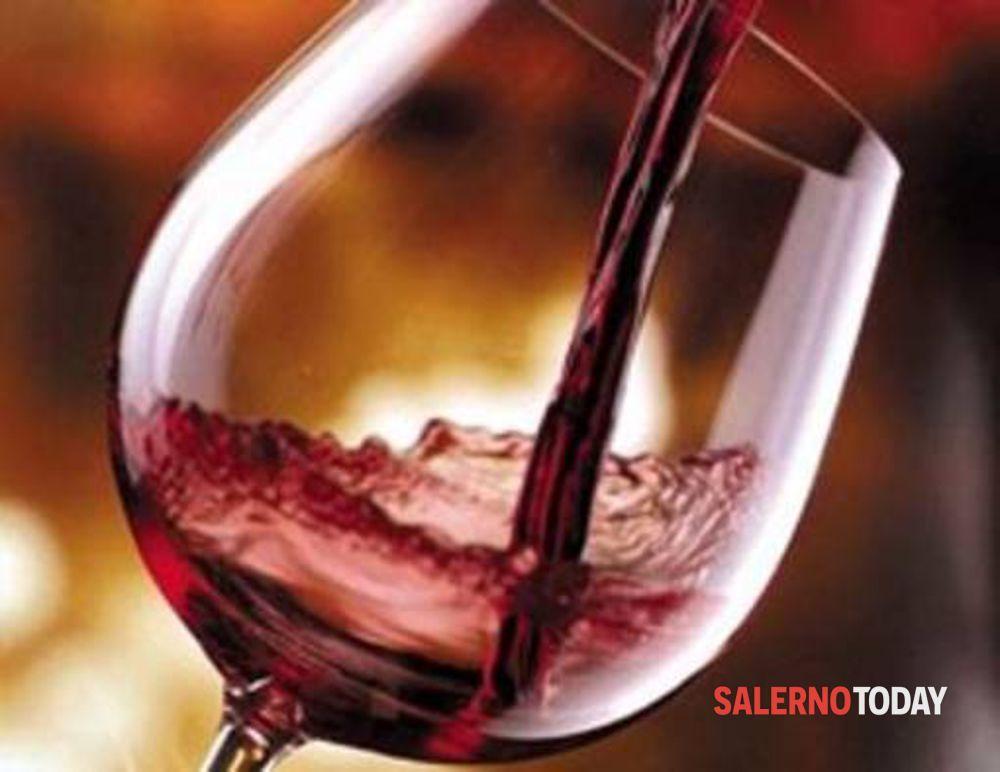 Blitz dei carabinieri nel salernitano: sequestrati 20 chili di dolciumi e 120 litri di vino rosso