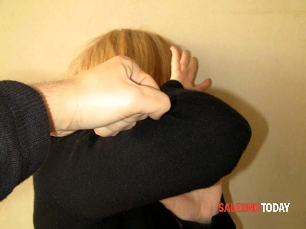 Minaccia e picchia la compagna: arrestato 35enne a San Cipriano Picentino