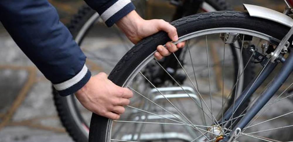 Rubano biciclette e telefonino ad Ascea: scattano due denunce