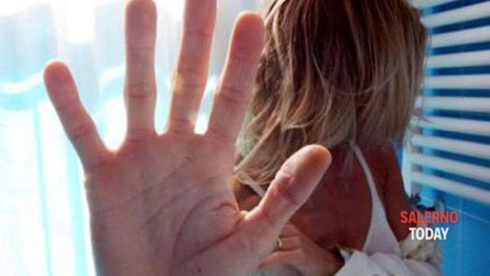 La costringe a spogliarsi per impossessarsi del suo telefono: ex marito rinviato a giudizio