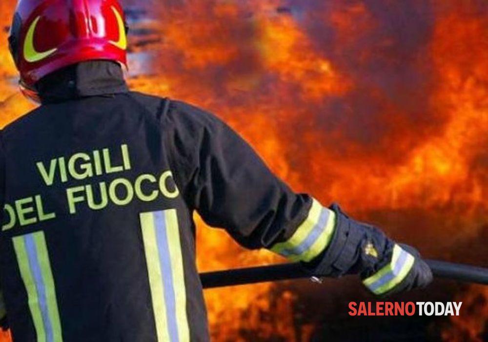 Incendio a Controne, le fiamme sfiorano le case: scattano i soccorsi