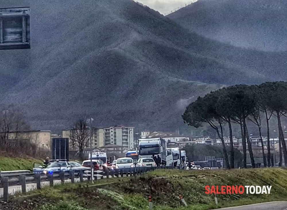 Incidente tra auto, moto e camion su raccordo Sa-Av: tre feriti