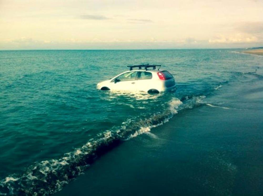 Dimentica di tirare il freno a mano: auto finisce in mare a Pioppi