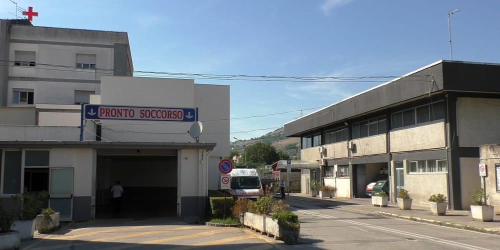 Incidente a San Pietro al Tanagro, auto contro palo della luce: ferito anziano