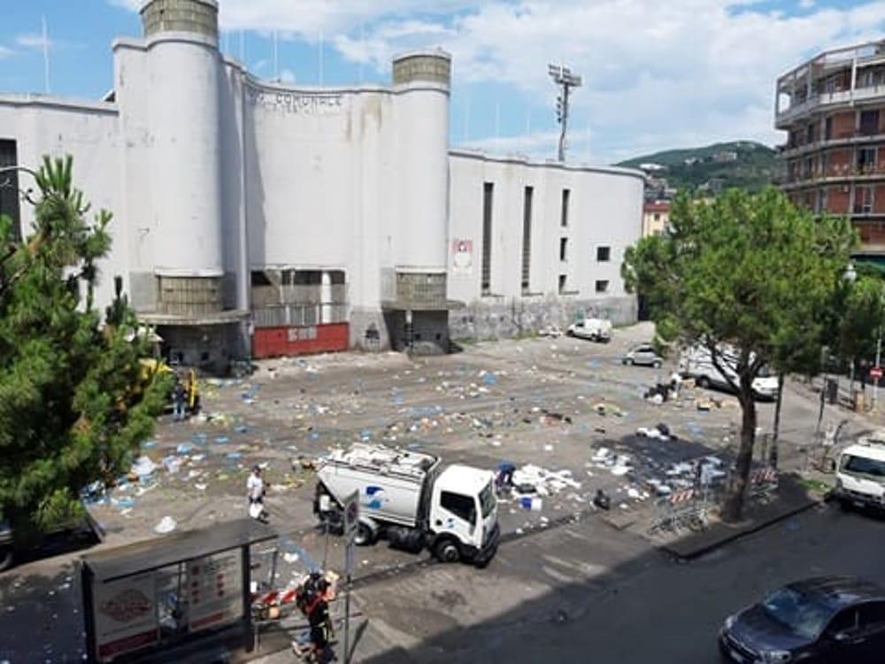 Rifiuti e sporcizia dopo il mercato di piazza Casalbore, la denuncia di una lettrice