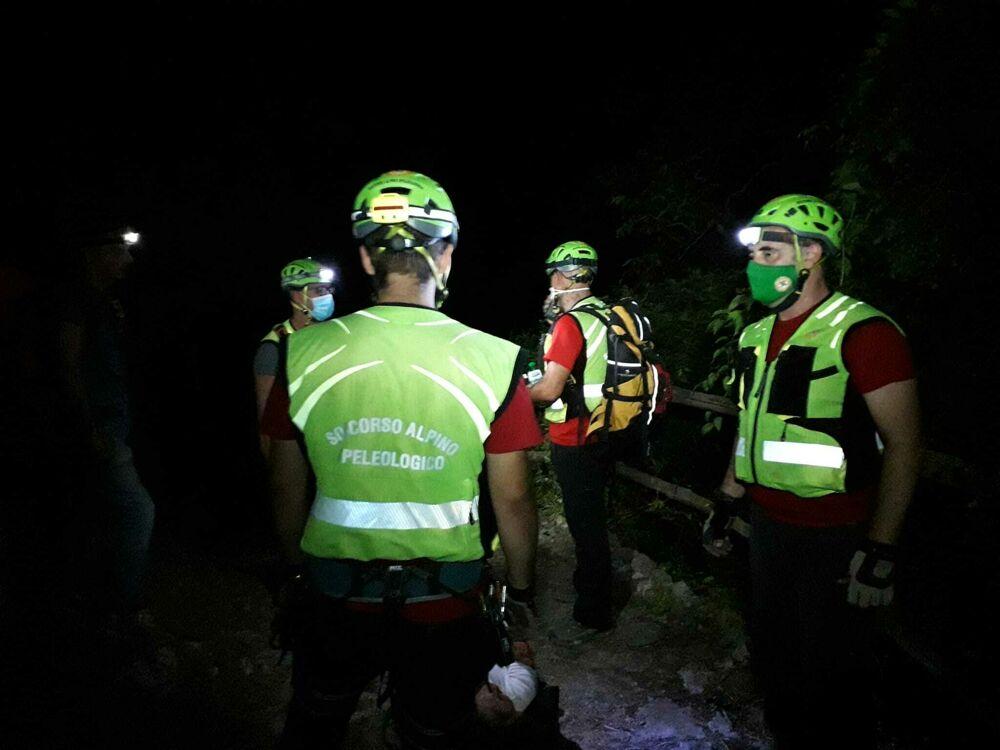 Si slogano la caviglia durante l'escursione in Costiera: salvati dal Soccorso Alpino